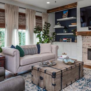 Immagine di un soggiorno chic con pareti bianche, pavimento in legno massello medio, camino classico, cornice del camino in mattoni, TV a parete e pavimento marrone