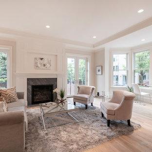 ボストンのトランジショナルスタイルのおしゃれなLDK (白い壁、淡色無垢フローリング、標準型暖炉、石材の暖炉まわり、折り上げ天井) の写真