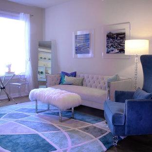 Foto di un soggiorno design di medie dimensioni e chiuso con sala formale, pareti bianche, pavimento in legno massello medio, nessun camino, nessuna TV e pavimento marrone