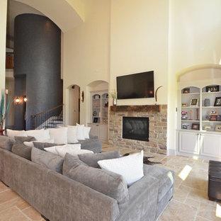 ヒューストンの巨大なトランジショナルスタイルのおしゃれなLDK (壁掛け型テレビ、フォーマル、黄色い壁、セラミックタイルの床、標準型暖炉、石材の暖炉まわり、ベージュの床) の写真