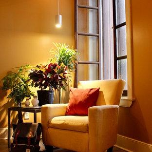 Idéer för att renovera ett litet shabby chic-inspirerat loftrum, med ett bibliotek, beige väggar, ljust trägolv och en väggmonterad TV