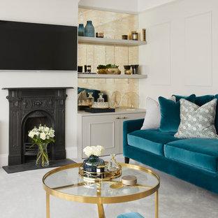 Foto de salón cerrado, clásico renovado, de tamaño medio, con paredes grises, moqueta, televisor colgado en la pared, suelo gris, estufa de leña y marco de chimenea de metal