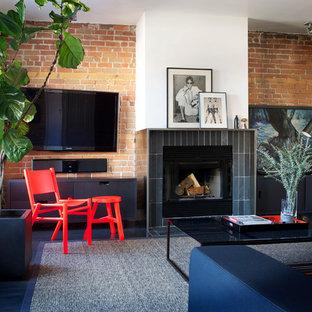 Mittelgroßes, Repräsentatives, Offenes Retro Wohnzimmer mit weißer Wandfarbe, Kamin, gefliester Kaminumrandung, Wand-TV und Schieferboden in Montreal