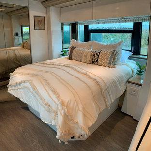 Ejemplo de salón abierto, romántico, pequeño, con paredes blancas y televisor en una esquina