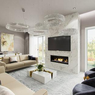 Mittelgroßes, Repräsentatives, Offenes Modernes Wohnzimmer mit weißer Wandfarbe, Sperrholzboden, Kamin, Kaminsims aus Stein, Wand-TV und weißem Boden in Sonstige