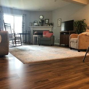 Landhausstil Wohnzimmer mit Vinylboden und braunem Boden in Cincinnati