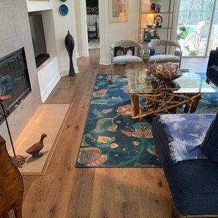 Großes, Offenes Modernes Wohnzimmer mit Vinylboden, Kamin, gefliester Kaminumrandung und braunem Boden in Jacksonville