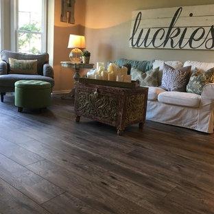 Idee per un soggiorno tradizionale con pavimento in vinile