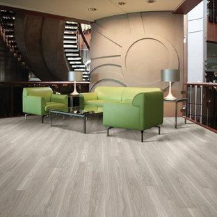 Foto di un soggiorno minimal di medie dimensioni e aperto con pavimento in vinile, sala formale, pareti marroni, nessun camino e nessuna TV