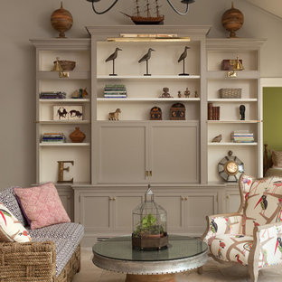 ニューヨークの中サイズの地中海スタイルのおしゃれなLDK (グレーの壁、ライムストーンの床、暖炉なし、内蔵型テレビ) の写真
