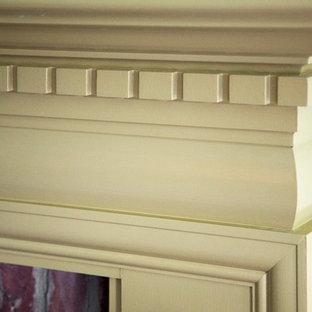 ボストンの中サイズのカントリー風おしゃれなLDK (フォーマル、白い壁、淡色無垢フローリング、標準型暖炉、木材の暖炉まわり、据え置き型テレビ) の写真