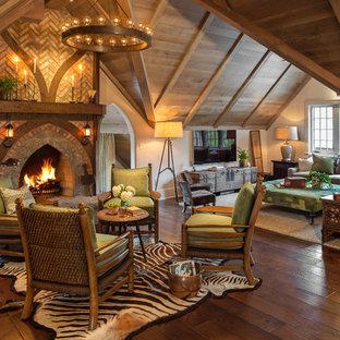 Неиссякаемый источник вдохновения для домашнего уюта: гостиная комната в классическом стиле с бежевыми стенами, темным паркетным полом и стандартным камином