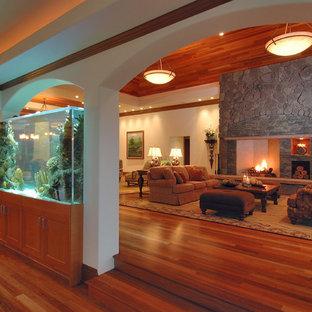Großes, Repräsentatives, Fernseherloses, Offenes Modernes Wohnzimmer mit Kaminsims aus Stein, weißer Wandfarbe, braunem Holzboden, Kamin und braunem Boden in Hawaii