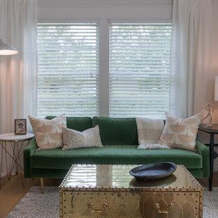 Esempio di un soggiorno eclettico di medie dimensioni e aperto con pareti bianche, pavimento in legno massello medio, TV a parete e pavimento giallo