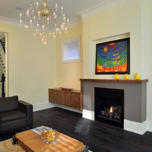 Idee per un soggiorno contemporaneo di medie dimensioni e chiuso con pareti gialle, sala formale, parquet scuro, camino classico e cornice del camino in intonaco