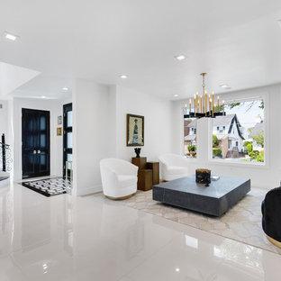 ニューヨークの広いコンテンポラリースタイルのおしゃれなLDK (フォーマル、白い壁、大理石の床、白い床) の写真