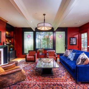 Großes, Repräsentatives, Fernseherloses, Abgetrenntes Modernes Wohnzimmer mit roter Wandfarbe, braunem Holzboden, Kamin und Kaminumrandung aus Stein in San Francisco