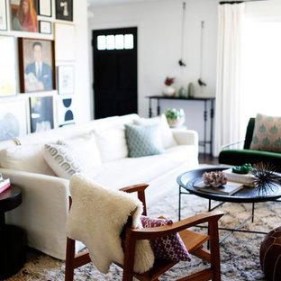 Mittelgroßes, Repräsentatives, Fernseherloses, Abgetrenntes Mid-Century Wohnzimmer mit weißer Wandfarbe, dunklem Holzboden, Kamin und gefliester Kaminumrandung in Tampa
