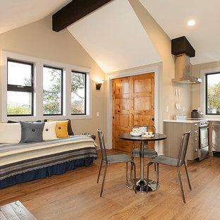 Ispirazione per un piccolo soggiorno classico stile loft con sala formale, pareti beige, pavimento in legno massello medio, nessun camino, nessuna TV e pavimento marrone