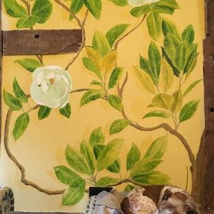 Idee per un ampio soggiorno stile americano aperto con pareti gialle, pavimento in pietra calcarea, stufa a legna, cornice del camino in pietra, TV autoportante e pavimento giallo