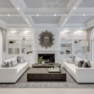 Modelo de salón para visitas abierto, tradicional renovado, pequeño, sin televisor, con paredes grises, chimenea tradicional, suelo de cemento, marco de chimenea de baldosas y/o azulejos y suelo beige