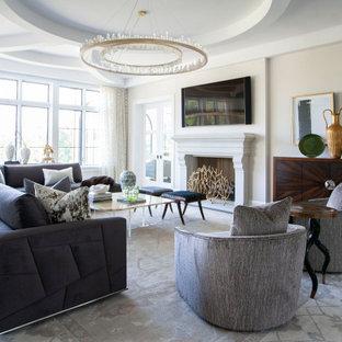 他の地域のコンテンポラリースタイルのおしゃれなリビング (ベージュの壁、濃色無垢フローリング、標準型暖炉、壁掛け型テレビ、茶色い床、折り上げ天井) の写真
