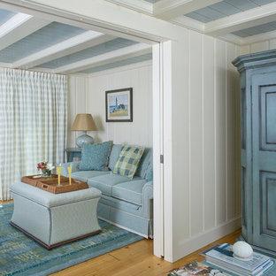 Ejemplo de salón abierto, costero, pequeño, con paredes beige y suelo de madera clara