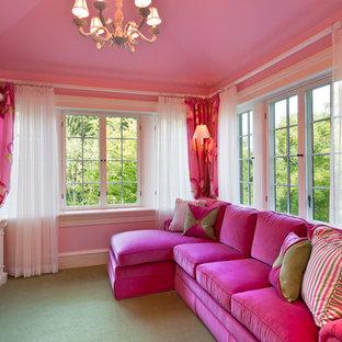 Exempel på ett stort klassiskt vardagsrum, med rosa väggar, heltäckningsmatta och en väggmonterad TV