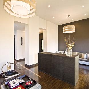 Bild på ett funkis vardagsrum, med beige väggar