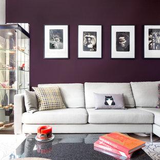 ロンドンの小さいコンテンポラリースタイルのおしゃれなLDK (淡色無垢フローリング、横長型暖炉、漆喰の暖炉まわり、壁掛け型テレビ、茶色い床、紫の壁) の写真