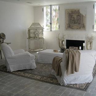 ロサンゼルスの中サイズのビーチスタイルのおしゃれな独立型リビング (白い壁、レンガの床、標準型暖炉) の写真