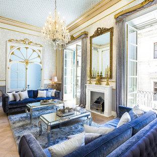 Idee per un grande soggiorno chic chiuso con sala formale, camino classico, nessuna TV e parquet chiaro