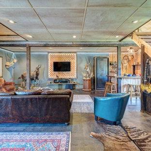 シアトルの広いラスティックスタイルのおしゃれなリビング (マルチカラーの壁、セラミックタイルの床、暖炉なし、壁掛け型テレビ、マルチカラーの床) の写真