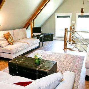 Diseño de salón tipo loft, rural, pequeño, sin chimenea y televisor, con paredes grises y suelo de madera oscura