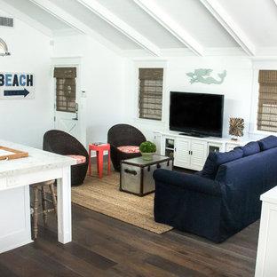 ロサンゼルスの中サイズのビーチスタイルのおしゃれなLDK (白い壁、濃色無垢フローリング、据え置き型テレビ、茶色い床) の写真