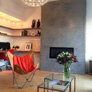Offenes Skandinavisches Wohnzimmer Mit Weißer Wandfarbe, Korkboden,  Gaskamin, Kaminsims Aus Beton Und Wand