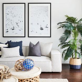 シドニーのビーチスタイルのおしゃれなLDK (白い壁、濃色無垢フローリング、暖炉なし、据え置き型テレビ) の写真