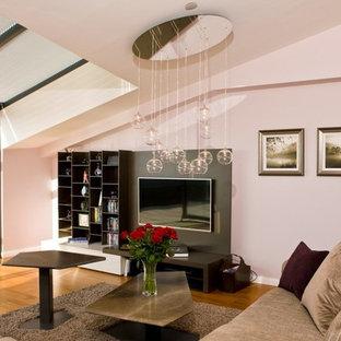他の地域の大きいモダンスタイルのおしゃれなLDK (ピンクの壁、塗装フローリング、暖炉なし、埋込式メディアウォール、茶色い床) の写真
