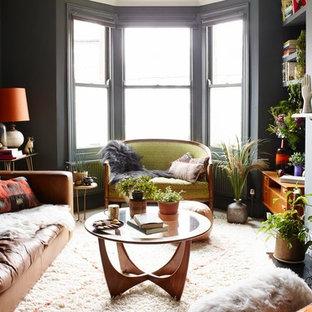 Ispirazione per un soggiorno bohémian di medie dimensioni e chiuso con sala formale, pareti grigie, pavimento in legno verniciato, camino classico, cornice del camino in metallo e pavimento bianco
