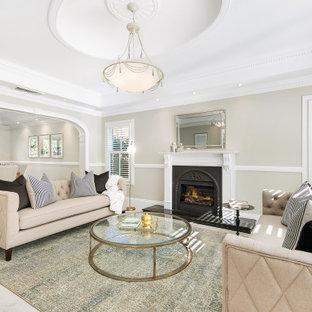シドニーの中くらいのトランジショナルスタイルのおしゃれな独立型リビング (フォーマル、グレーの壁、カーペット敷き、標準型暖炉、漆喰の暖炉まわり、ベージュの床、格子天井) の写真