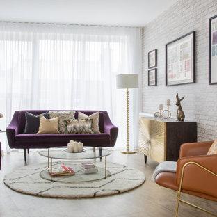 Foto de salón para visitas papel pintado, contemporáneo, papel pintado, sin chimenea, con suelo de madera en tonos medios y papel pintado