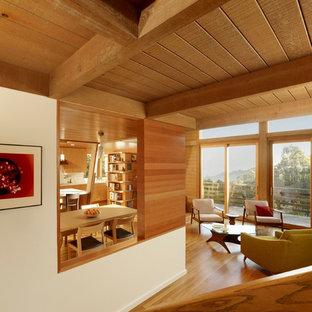 Réalisation d'un salon minimaliste ouvert avec un sol en bois brun.