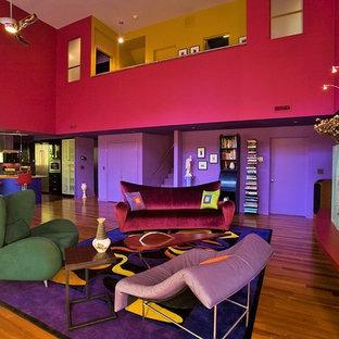 Idee per un grande soggiorno eclettico aperto con pareti rosa, pavimento in legno massello medio e camino lineare Ribbon