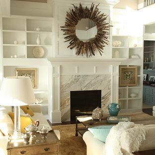 Immagine di un soggiorno classico con pareti beige e camino classico