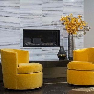 Idee per un soggiorno design di medie dimensioni e aperto con pareti grigie, pavimento in gres porcellanato, cornice del camino in pietra e camino ad angolo