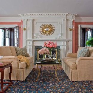 На фото: гостиные комнаты в классическом стиле с розовыми стенами