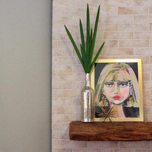 Imagen de salón abierto, campestre, de tamaño medio, con paredes grises, suelo de madera oscura, chimenea de esquina, marco de chimenea de baldosas y/o azulejos, pared multimedia y suelo marrón