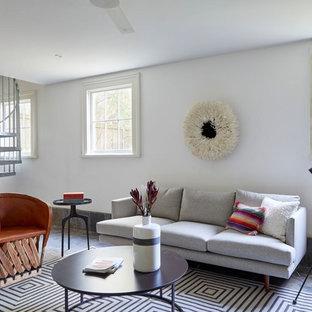ニューオリンズの大きいエクレクティックスタイルのおしゃれなリビング (白い壁、スレートの床、グレーの床) の写真