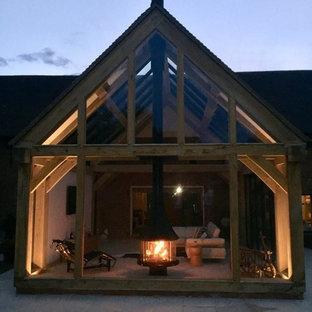 Immagine di un soggiorno contemporaneo di medie dimensioni e aperto con camino sospeso