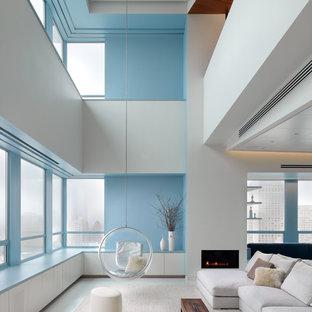 Modelo de salón moderno con paredes azules y chimenea lineal